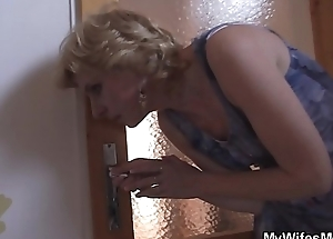 Older mom in posture helps him cum